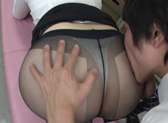 美人な女上司のパンスト美脚に足コキされたり着衣SEXで大量射精の脚フェチDVD画像1