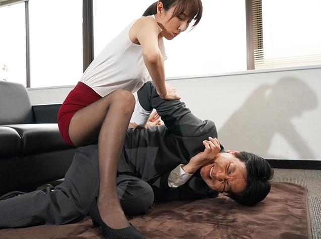 男を背後から羽交い絞めにしてパンスト足コキで拷問する変態熟女の脚フェチDVD画像3