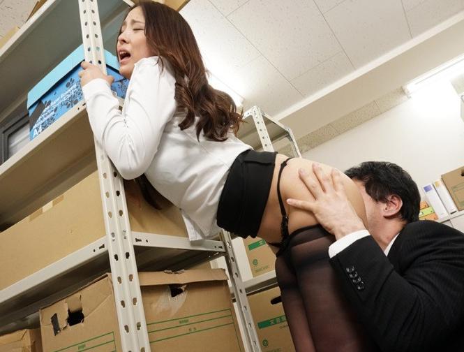 女上司の伝線パンストに我慢できず襲い掛かり足コキや着衣SEXの脚フェチDVD画像1