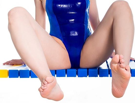 人気同人誌を完全映像化!美少女に罵倒されながら足裏を堪能の脚フェチDVD画像2