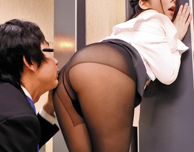 欲求不満な美人OLたちにパンスト足コキや着衣SEXで犯されるの脚フェチDVD画像2