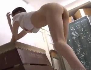 足の細い美少女を体育用具室で体操服のまま立ちバックで突き上げる