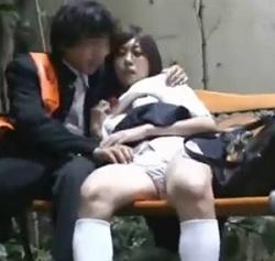 公園のベンチで乳繰り合っている女子校生