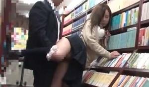 本屋で立ったままハメられる制服女子校生