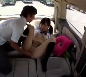 ツインテール制服美少女を車の中でグチョグチョの汁だくのズッコンバッコンで揺れる揺れるw