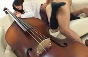 楽器を隣にお嬢様美少女女子校生がソファの上で生ハメされちゃう!
