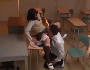 放課後の教室で夢中でオナニーしてる女子校生