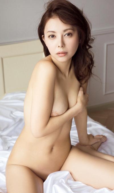 【濱松恵(東京03豊本と不倫)が売名ヌードで綺麗な乳輪おっぱい】画像15枚