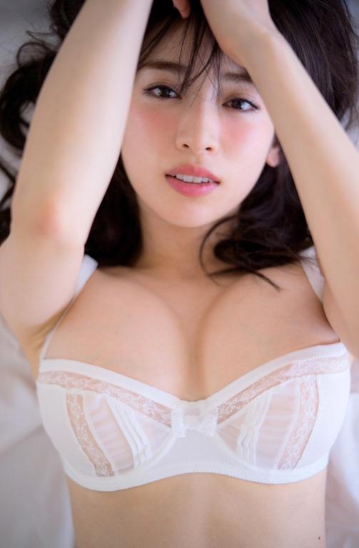 (泉里香が写真集(Rika☆)でぷるぷる美巨乳お乳披露)写真20枚