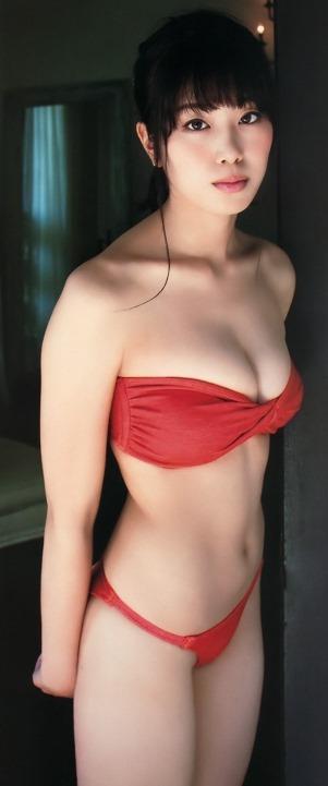(稲村亜美が写真集(どまんなか)でミズ着から新鮮・美巨乳お乳)写真28枚
