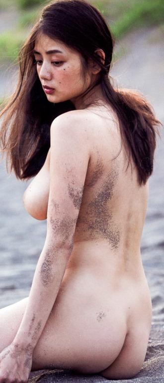 (片山萌美(G乳)写真集(Rashin裸芯)で大胆・尻出し裸セミぬーど)写真40枚