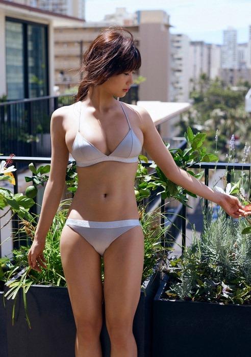 【小倉優香(19歳)の新鮮なG乳房と萌え尻強調した水着姿】画像55枚