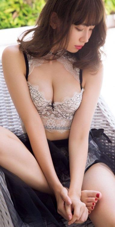 (小嶋陽菜のブラジャー姿から乳房が美巨乳お乳と判明) えろ写真54枚
