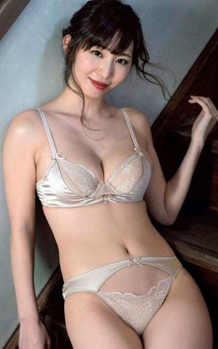 (塩地美澄アナの写真集(すきだらけ)から美巨乳お乳)写真57枚