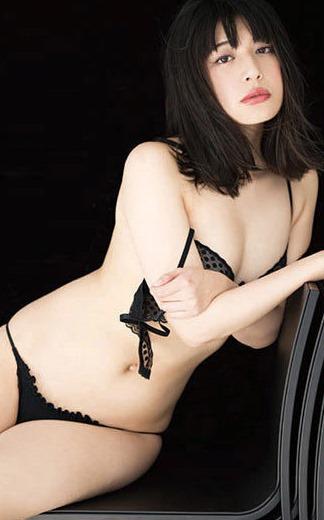 (小松美咲が写真集(ココカラハジマル)で手ブラ・セミぬーど勝負)写真56枚