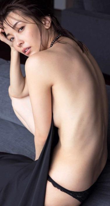 【山崎真実が写真集(まんまとうそ。)で熟女な全裸セミヌード】画像64枚