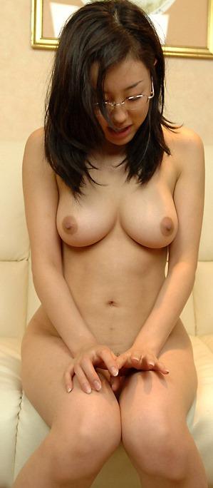 【おっぱいが可愛い全裸ヌードのメガネ女子】エロ画像24枚