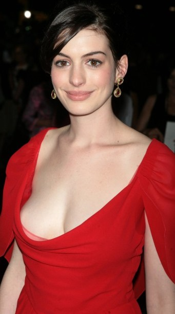 (モデル女優アン・ハサウェイの清楚なチクビの美巨乳お乳)写真39枚