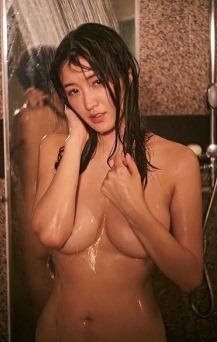 (葉加瀬マイ(イモウト・袴田彩会アナ)写真集(まみれる)で手ブラ・セミぬーど)写真34枚