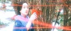 木に赤い毛糸を巻きつけているユキ