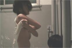 服を脱ぐサラ