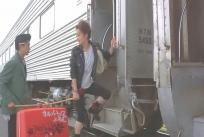列車に乗り込むミツコとジュン