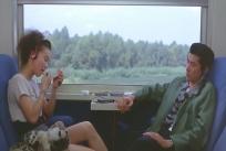 列車の中で口紅を塗るミツコ