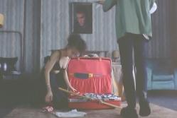 スーツケースの整理をしている