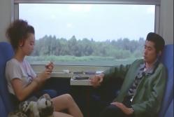 列車の中にいるミツコとジュン