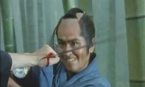 素手で刀を持つ男