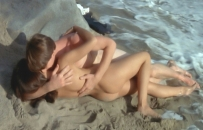 裸のクリスを抱くジム