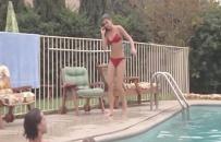 プールからあがってきたリンダ