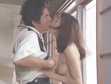 舌入れディープ・キスをする二人