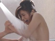 晴彦に熱湯シャワーを浴びせられる凜子