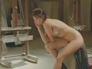 全裸でポーズを取っている