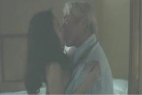 嫁にキスする江口