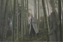 竹やぶで呆然となる江口