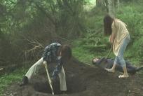 死体を埋めようとしている二人