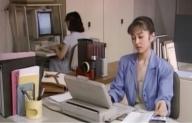 会社で仕事をする美恵子