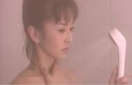 シャワーを浴び続けている