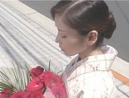 着物を着て、花を持っている凛子