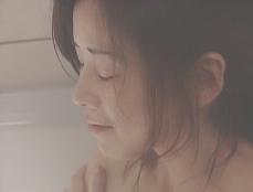 浴室で泣く凛子
