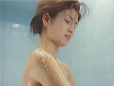 浴室で体を洗う絹子