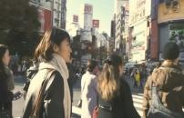 渋谷の街を歩くみゆき