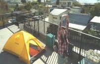 向かいのビルにテントを張って、背伸びする