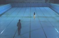 水のないプールを歩く二人