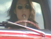 煙草をくわえながら追う女刑事