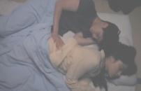 泰子の尻を触る
