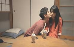 泰子にキスする智