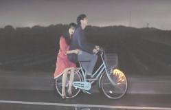 智と一緒に自転車に乗っている泰子